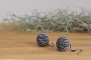 サバトラ猫の羊毛ピアス