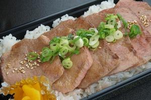 【丹次郎】ねぎ塩牛たん重 並 (味噌汁・漬物付き)