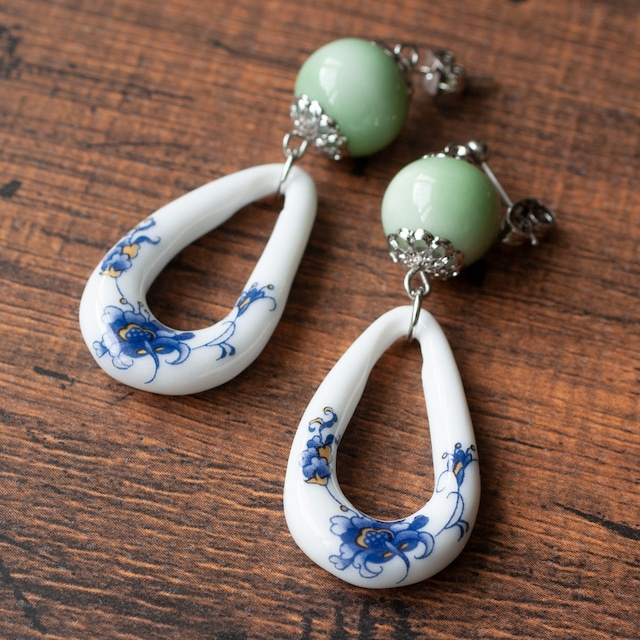 淡緑の陶玉と花模様の中国陶器フープピアス