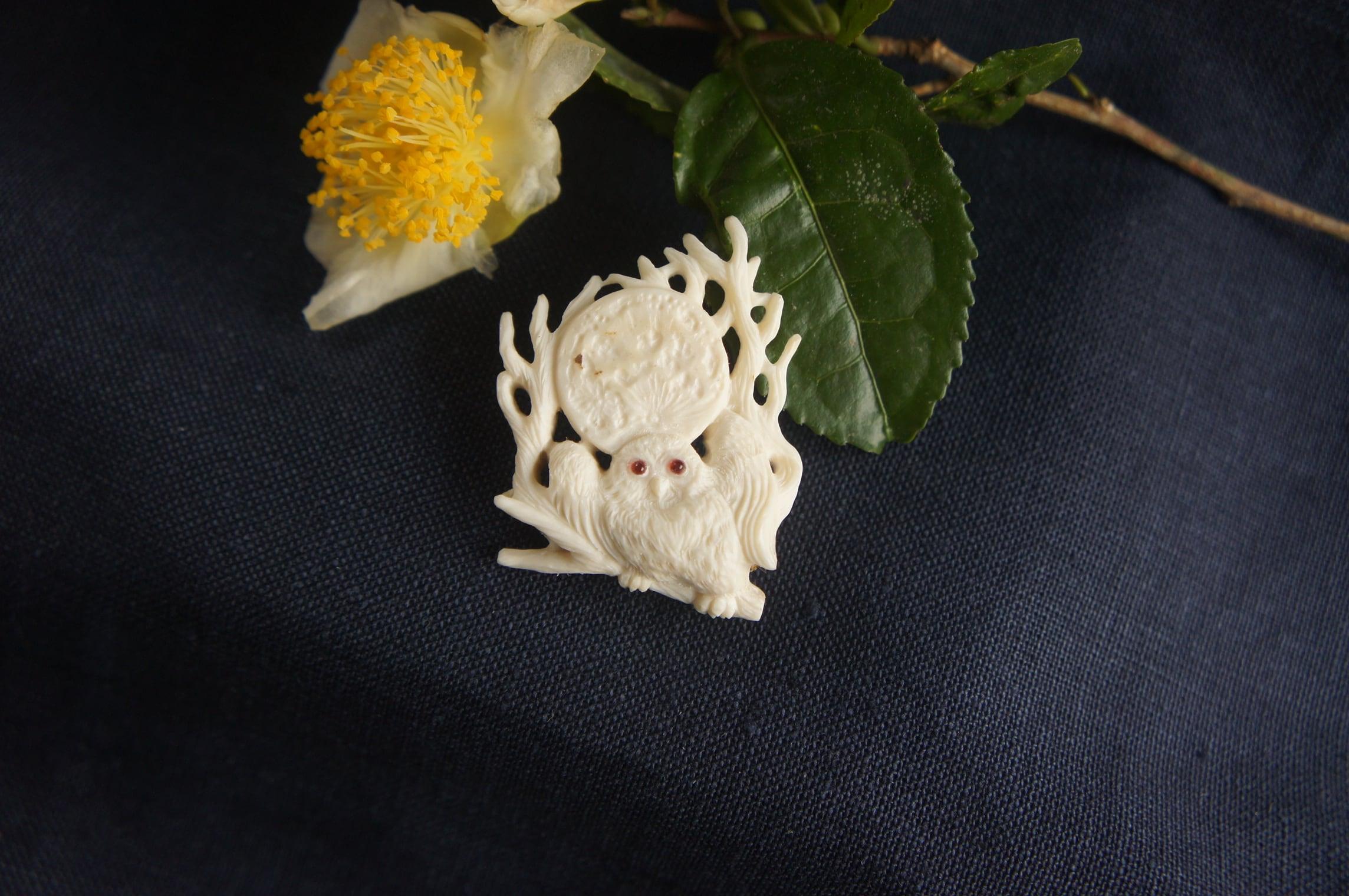 鹿角彫刻の帯留め「月齢」梟と木立