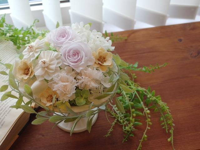 淡いピンクパープルローズと白い花のふんわりアレンジ