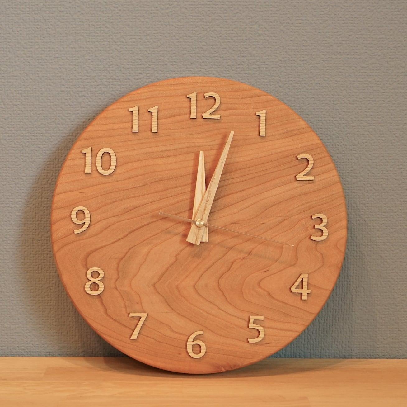 天然木のあたたかさを感じる。Amber 掛け時計 25cm/チェリー