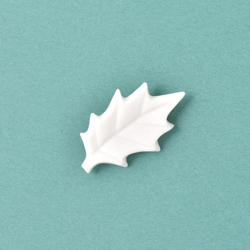 白磁のヒイラギブローチ