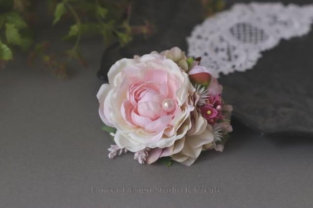 エクリュピンクのラナンキュラスのコサージュ フォーマル パール 入学式 卒業式 発表会 結婚式