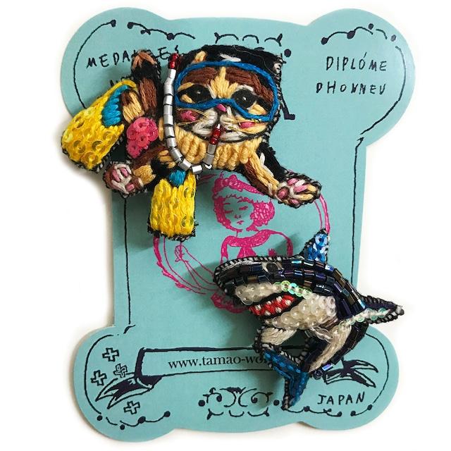 刺繍ミニブローチダイバー猫と鮫