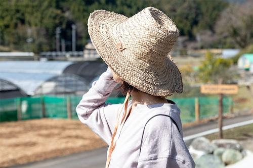 ナチュラルな革ひもの麦わら帽子(ガーデニング・アウトドア)