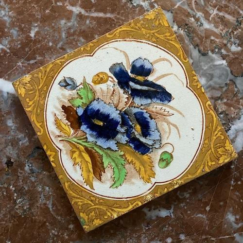 青い花のタイル