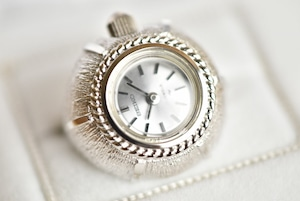 【ビンテージ時計】デッドストック 1971年5月製造 セイコー指輪時計 日本製 年月をかけて削られたようなケースの仕上げです