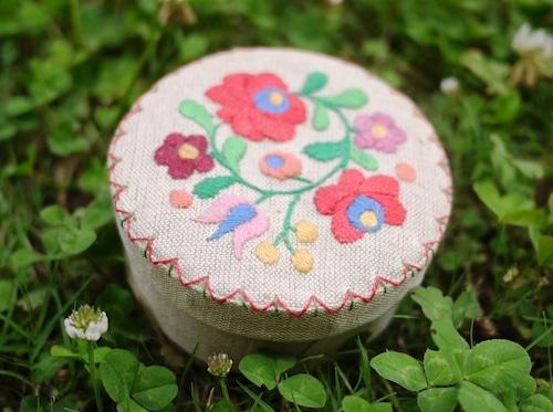 刺繍の裁縫小箱 ソーイングボックス マチョー刺繍 ハンガリー