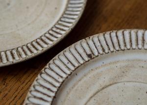白マット釉 しのぎ 7寸プレート(中皿・メインディッシュ・デザート皿)/くるり窯