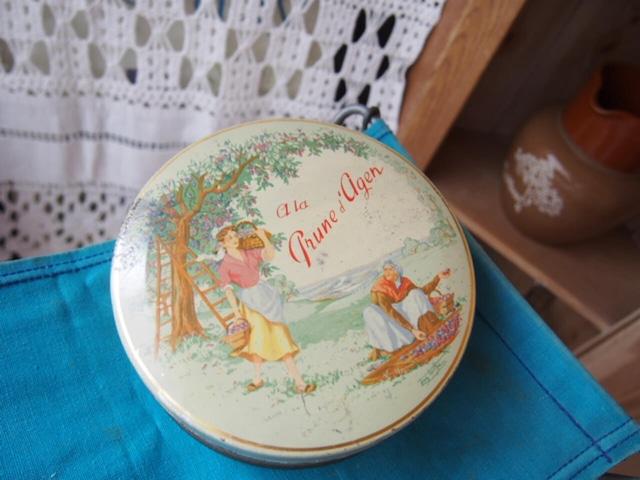 イギリスアンティーク お菓子の缶(刺繍柄)