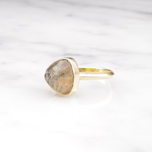 SINGLE TRIANGLE STONE RING GOLD 014