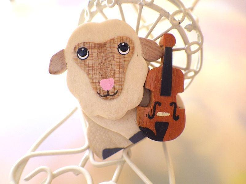 ひつじとバイオリン 木製ブローチ