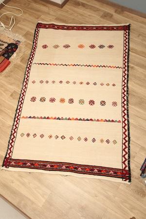 180×110  #1200-0769 白地に刺繡の珍しいイラン産キリム