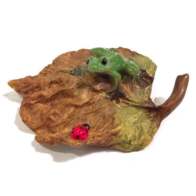 ミニチュアアニマル 丸木の葉 ed3748h かえる カエル 木の枝 てんとう虫 かわいい 置物 置き物 オブジェ ミニチュア 小さい ギフト 秋 冬