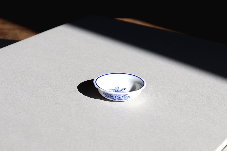 【 イギリス】/ おままごと用の丸い皿(白 × 青)
