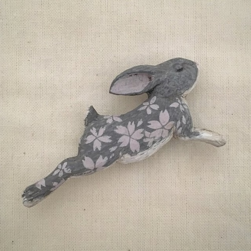 ブローチ 春を駆ける  (Pin resin brooch  Run in spring)
