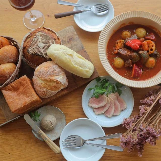 パン盛り合わせとお食事(お肉)セット(2名様程度)