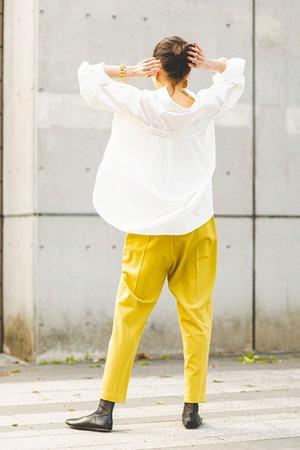 バックプリーツシャツ < ホワイト >