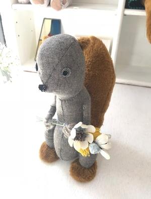 花束を持ったリス