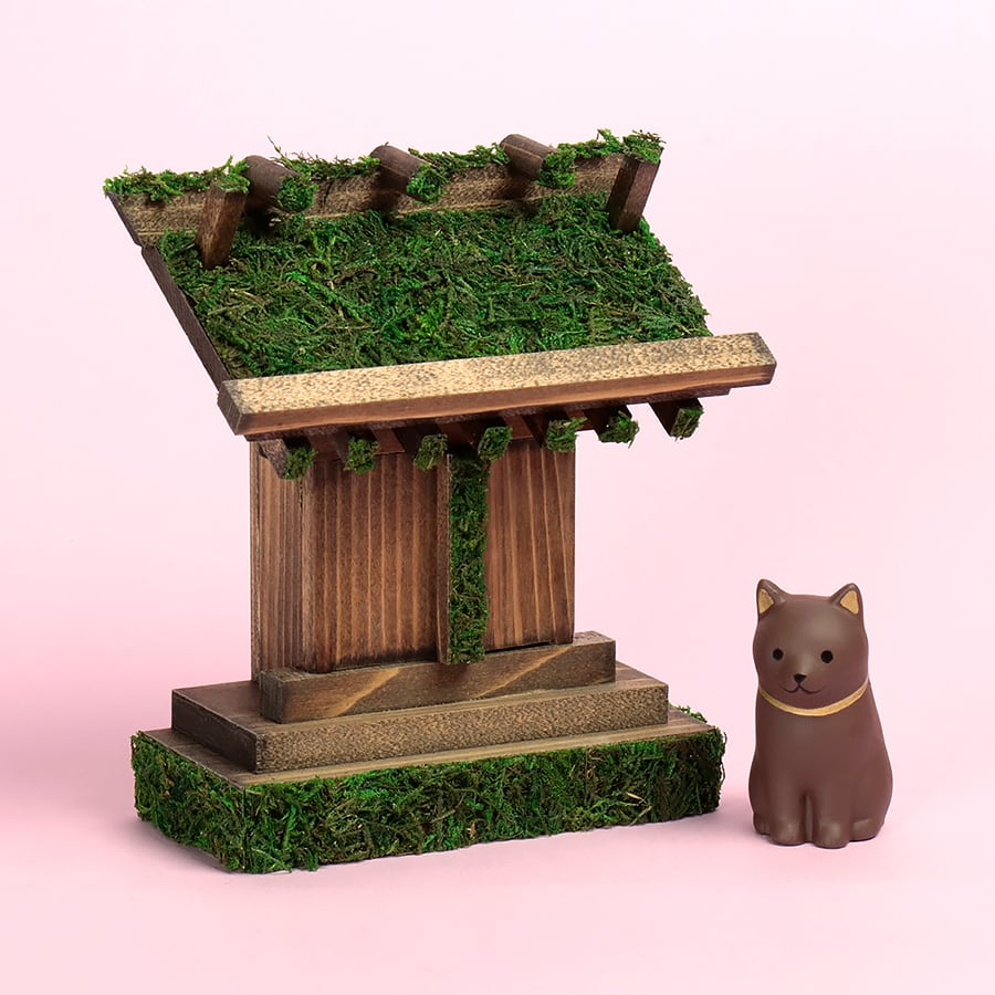 わんこが守護する 森の古社 / お守り飾り