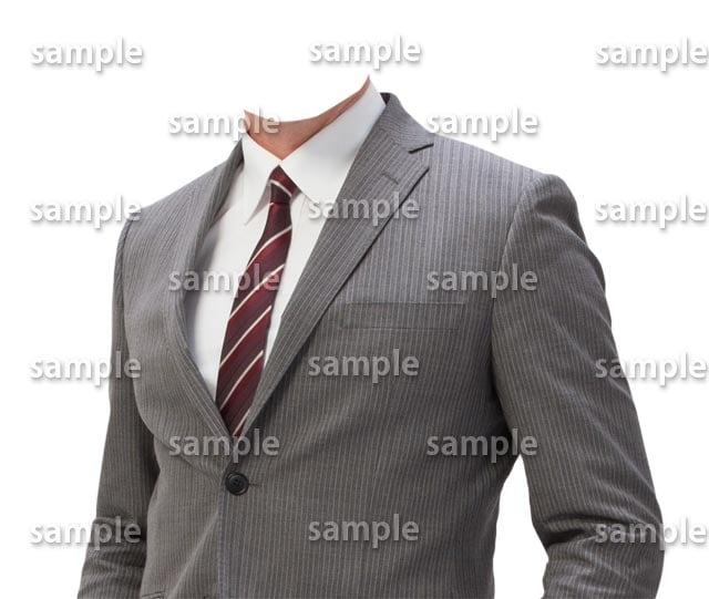 男性グレースーツ赤ネクタイ斜め