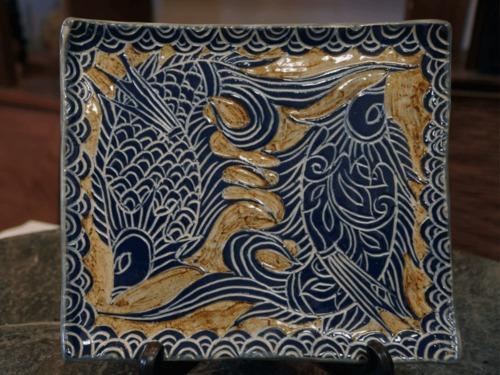 線彫り魚紋の角皿(コバルト)【金城陶器秀陶房】