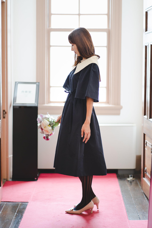ビッグカラーのクラシカルドレス(ミモレ丈)