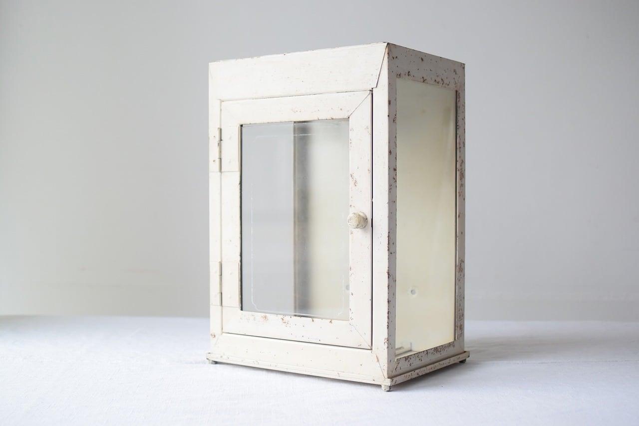 クリーム色のガラスケース