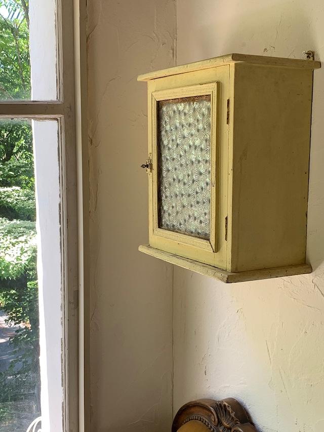 レモンイエローの壁付け棚 ガラス飾り棚 ウォールシェルフ