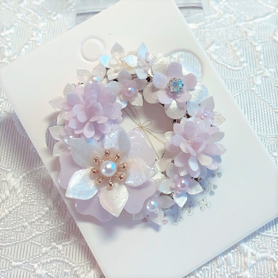 卒業式・入学式・母の日・誕生日・マフラーに 軽くて華やかなフラワーリースブローチ【パープル&ホワイト系】