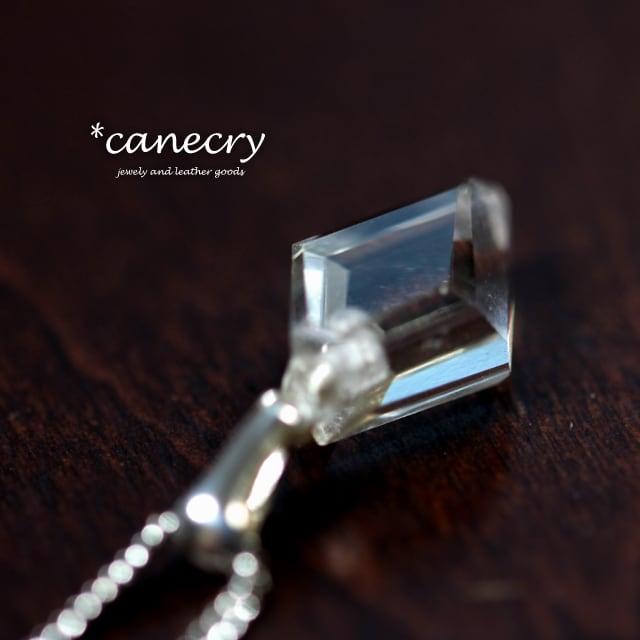カット水晶のネックレス
