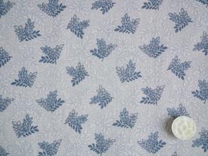 Moda Regency Somerset Blues 薄いグレーベージュの地模様にブル―の葉っぱ
