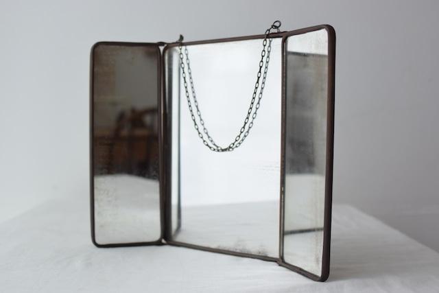 ブリキフレームの壁掛け3面鏡
