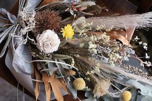 秋の大きめスワッグ -  ベージュ+黄色のお花に実をそえて