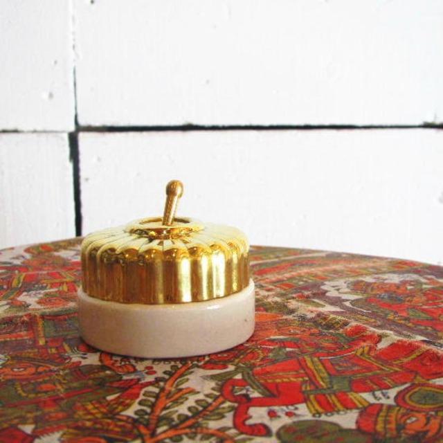 クラシカルな陶器とブラスのスイッチ
