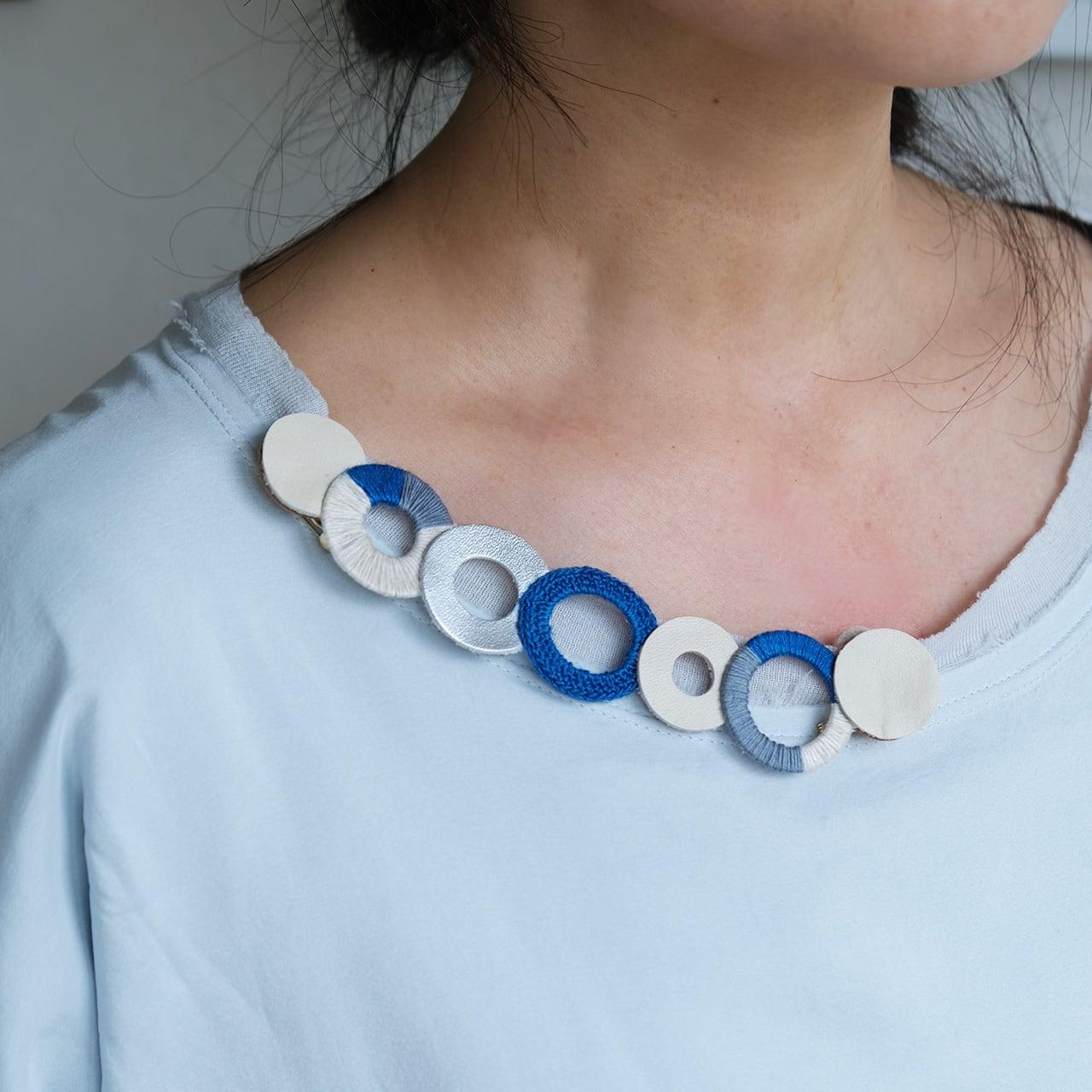 個性的な衿元に 麻のブローチ〈 NeckCircle 〉Blue