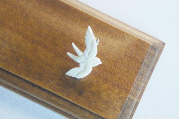 鹿骨彫刻の小さいピアス「light」ツバメ