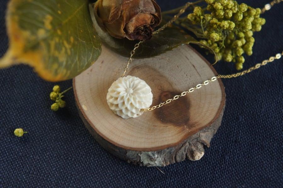 菊の花のシリーズ「薫」(花弁12列)ネックレス