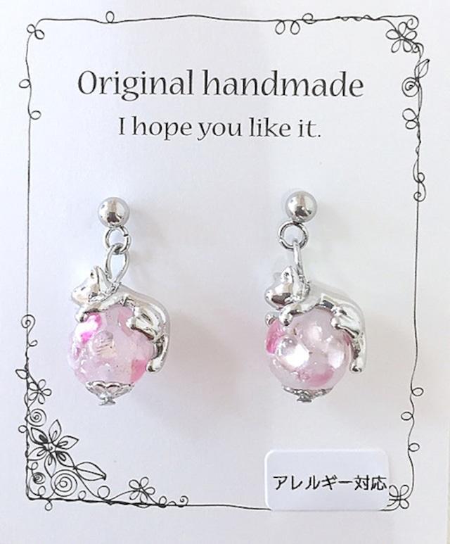 淡いピンクの蛍ガラスと猫イヤリング・ピアス(アレルギー対応)