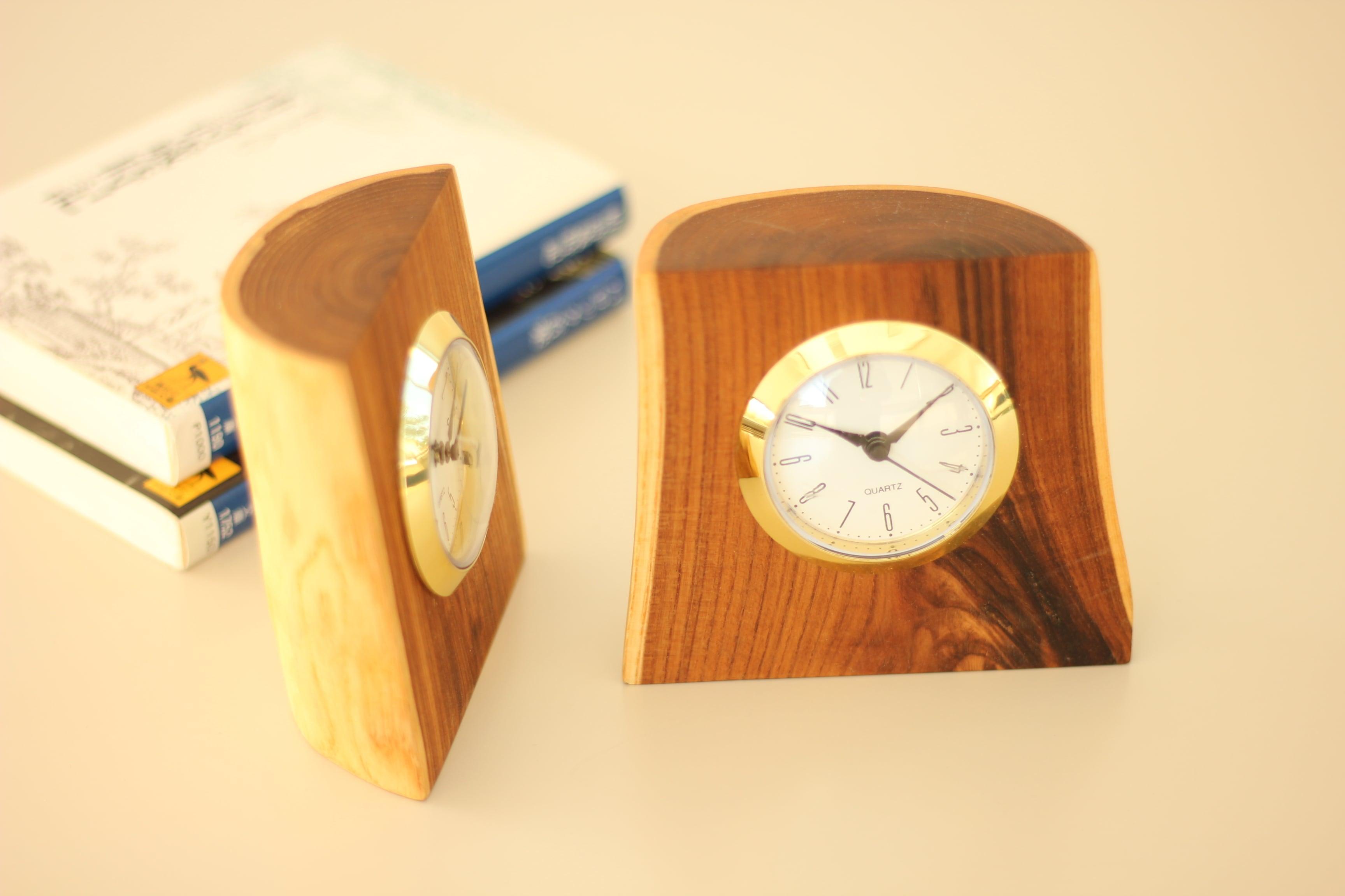 天然木・エンジュ『樹になる時計』(クオーツ式置時計)《延壽》