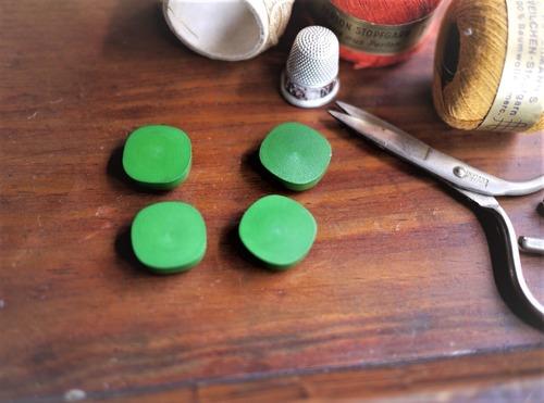 マットな緑色 ヴィンテージ プラスチックボタン 4PCS