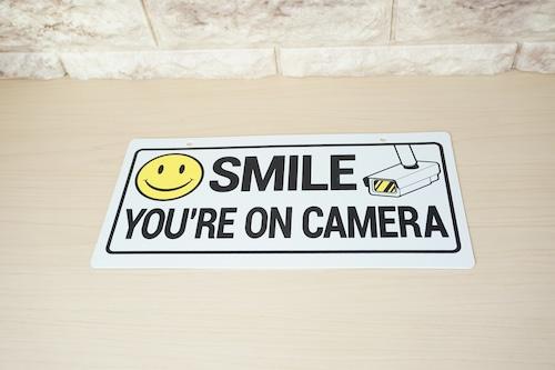プラスチック看板(SMILE YOU'RE ON CAMERA)