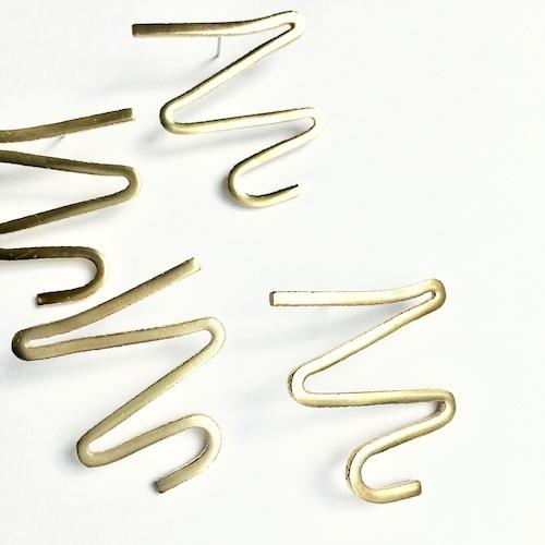 W shape pierced earrings B-004