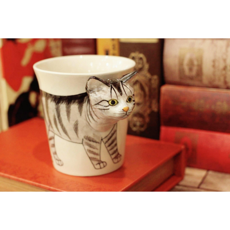 タビーネコのはみ出し顔のマグカップ サバトラ猫(アメリカンショートヘア)【電子レンジ/食洗機対応】/浜松雑貨屋 C0pernicus