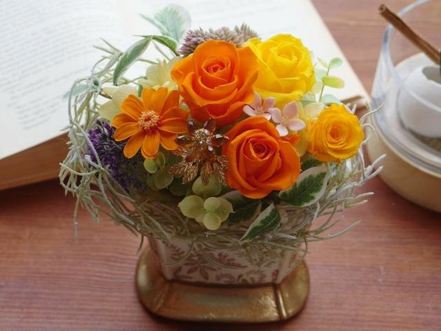 エレガントなボタニカル柄ベースにビタミンカラーの花