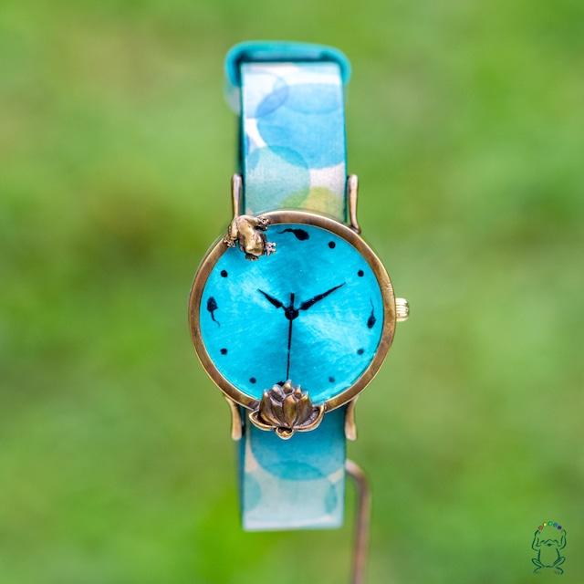 蓮池の我が子を見つめる蛙腕時計Mスカイブルー