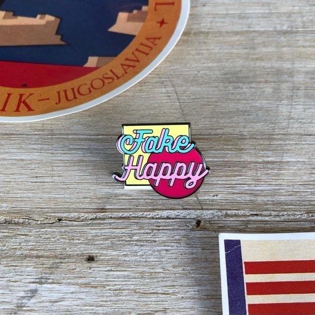 TOPANGA Accessory fake happy ピンブローチ