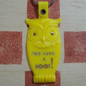 アメリカ WE GIVE A HOOT! フクロウ 広告ノベルティ ヴィンテージキーホルダー(イエロー色)