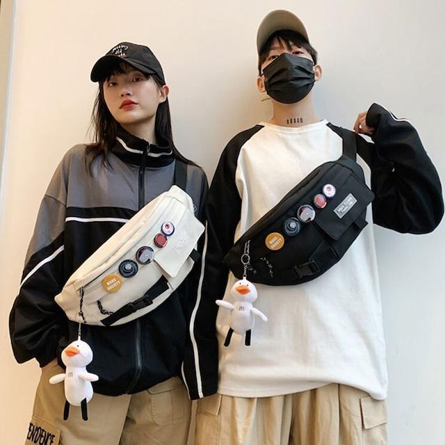 【小物】バッジつきカも人形つきカジュアルスポーツハンドバッグ45962748